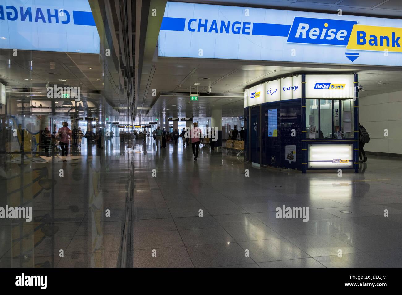 Reise Bank Währung Austausch Kiosk am Eingang zum Flughafen München, Deutschland Stockbild