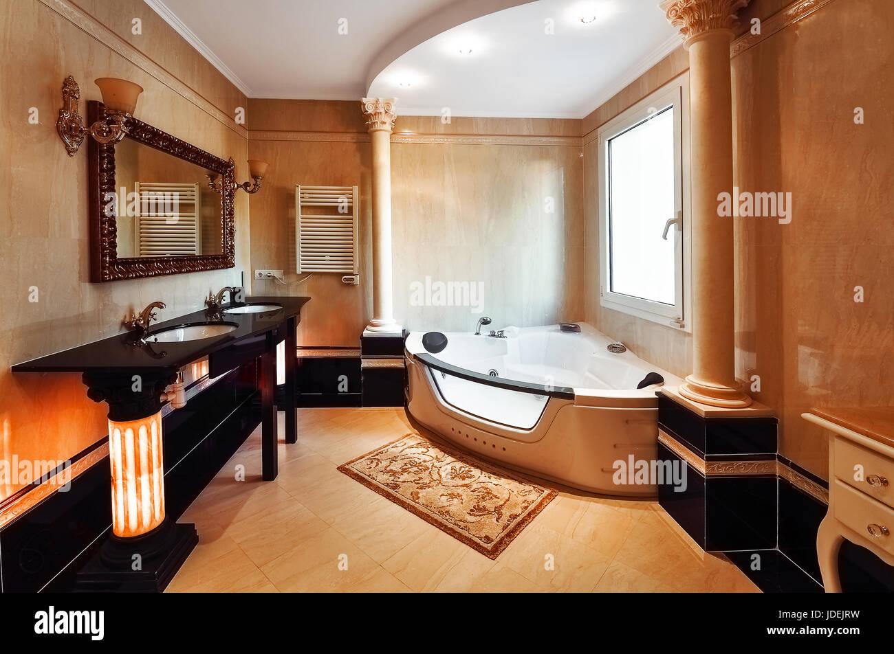 Luxuriöses Badezimmer im klassischen Stil mit korinthischen Säulen ...