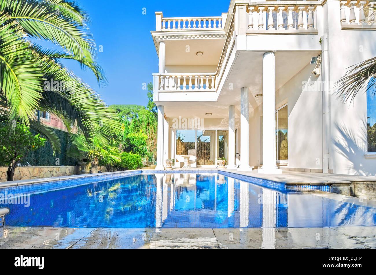 Weiße Luxus-Haus mit Pool. Luxus-Villa im klassischen Stil mit ...