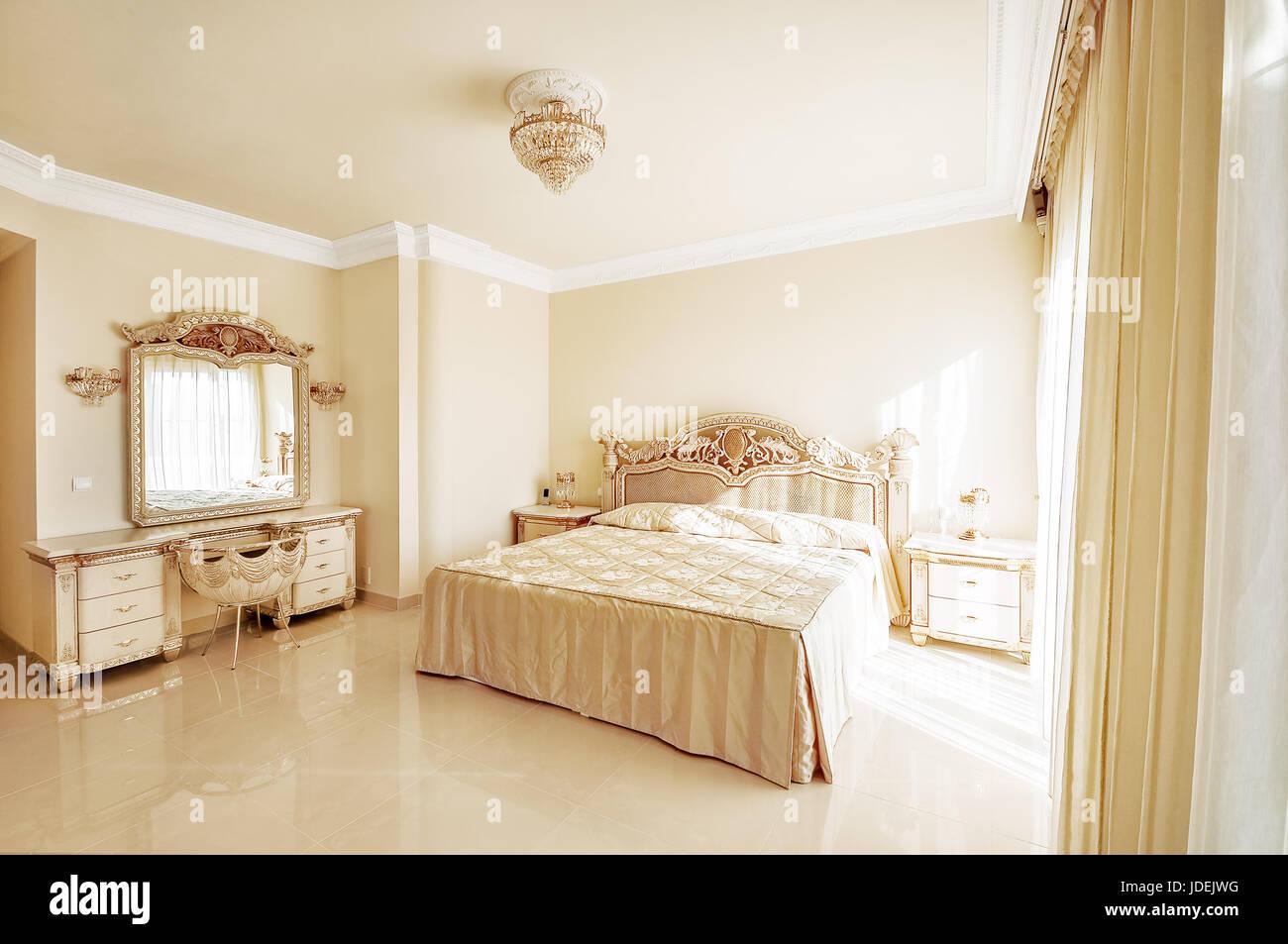 Luxurioses Schlafzimmer In Pastellfarben Im Neoklassizistischen Stil