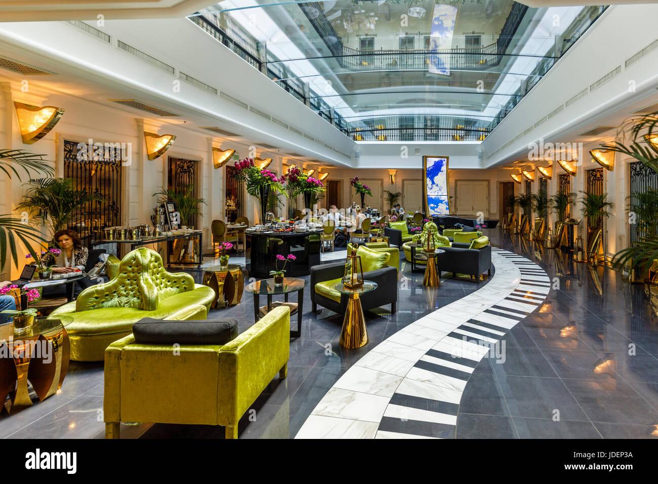 Eingang und Wohnzimmer mit Klaviertastatur gefliesten Boden des 5 ...