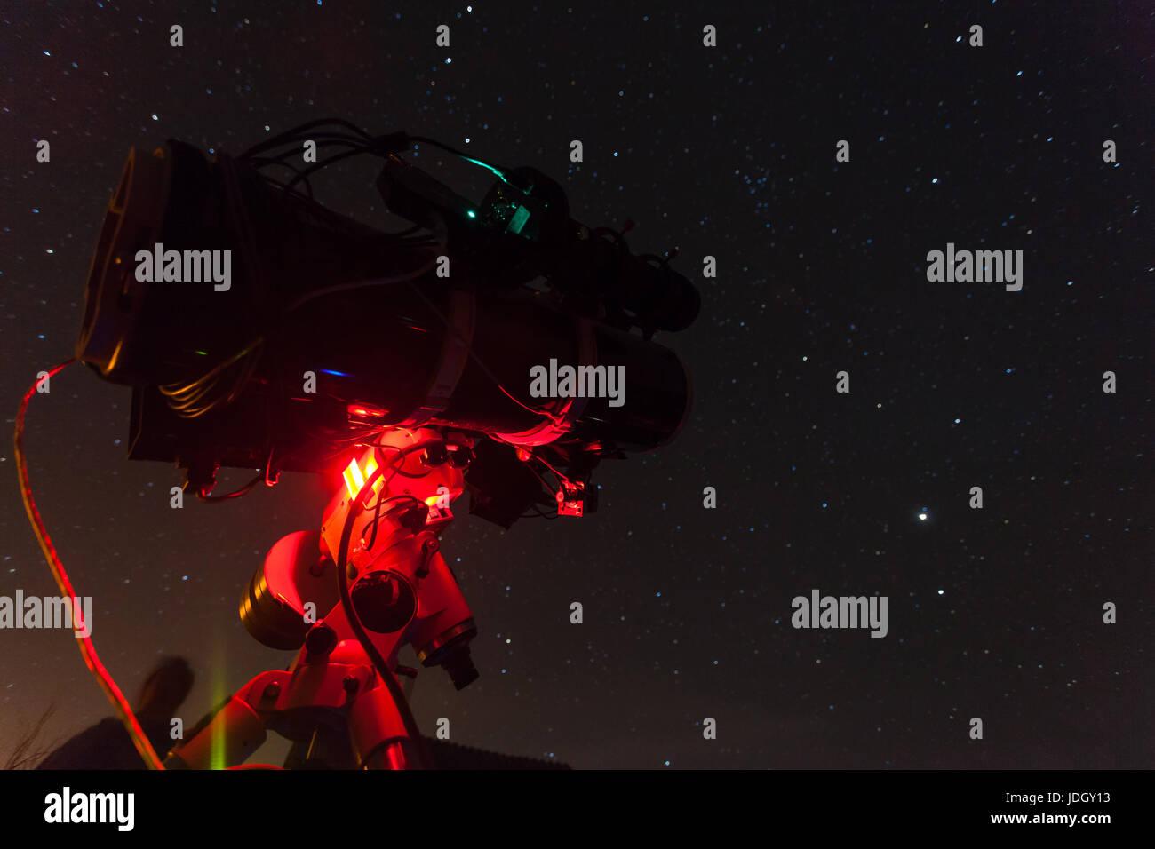 Professionelle astrofotografie teleskop ausgestattet mit guider