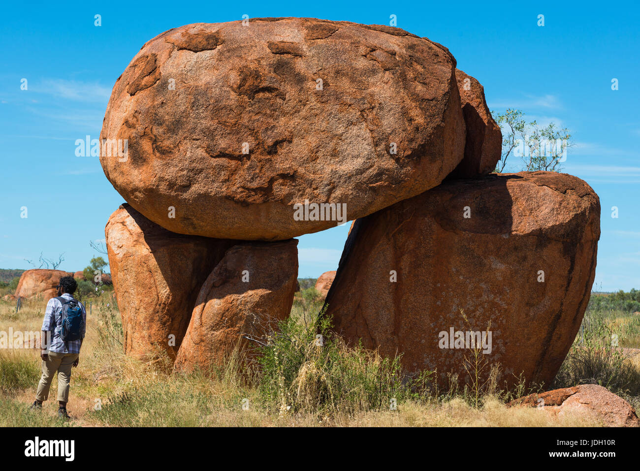 Devils Marbles - Felsen aus rotem Granit sind auf Grundgestein, Australien, Northern Territory ausgeglichen. Stockfoto