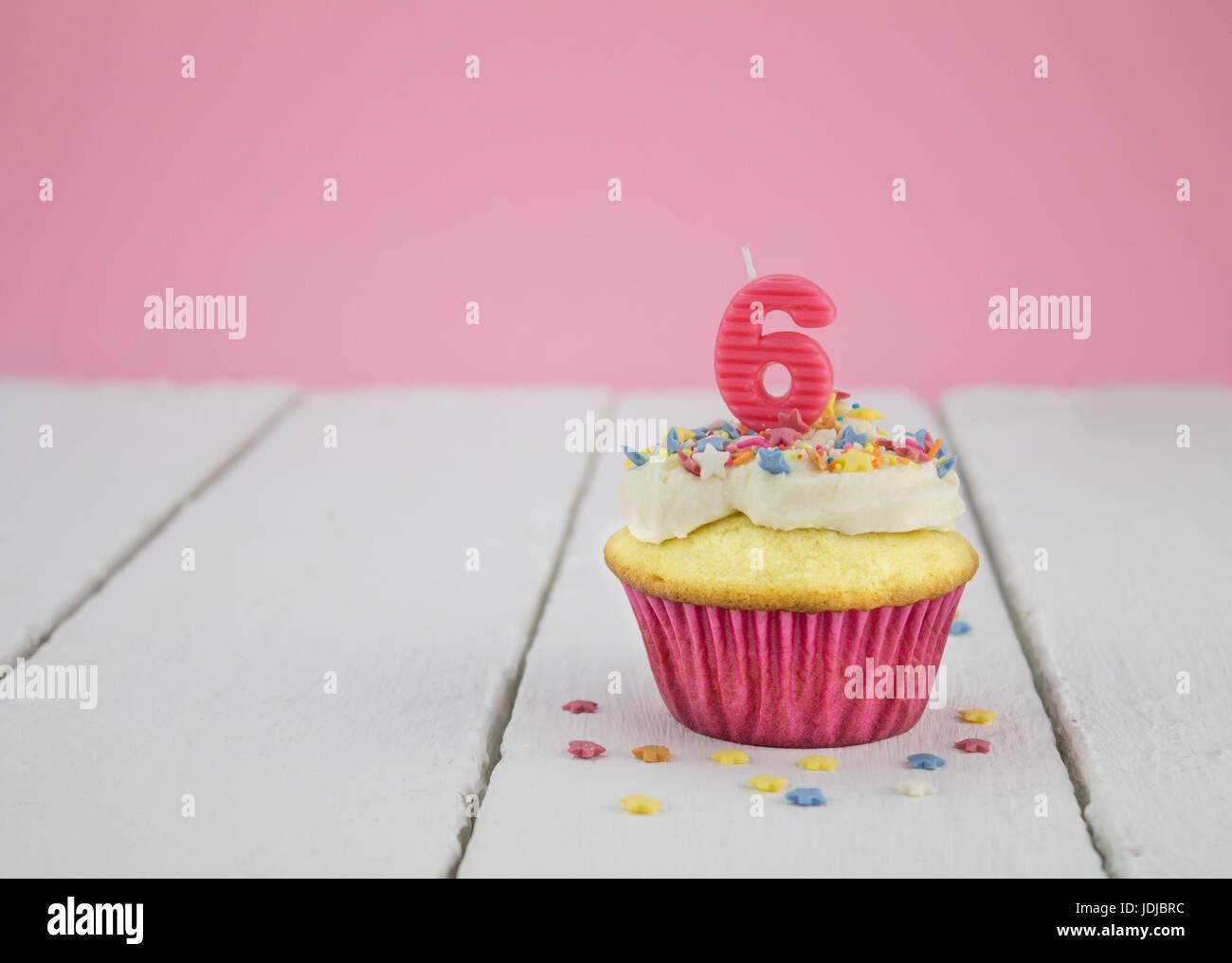 Alles Gute Zum Geburtstag Tasse Kuchen Mit Rosa Nummer 6 Kerze Auf Weisser Holztisch Fur Kleine