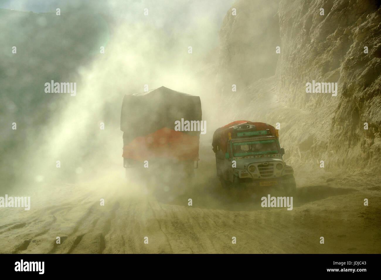 Asien, Indien, Nord-Indien, LKW auf der Landebahn des Spliti Lahaul, Asien, Indien, Nordindien, LKW Auf der Piste Stockbild