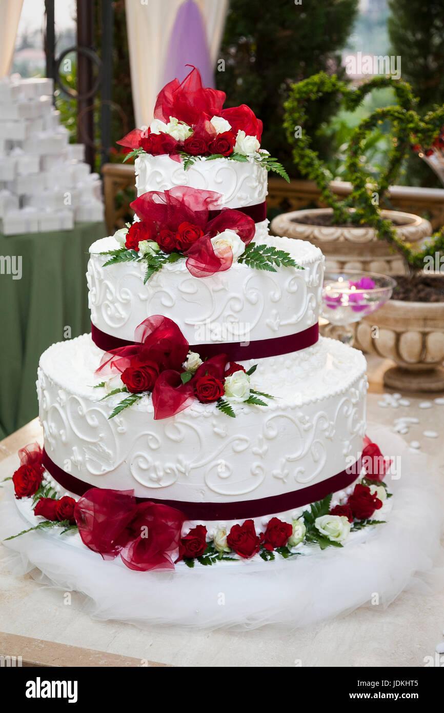 Dreistockige Hochzeitstorte Mit Roten Rosen Bedeckt Stockfoto Bild