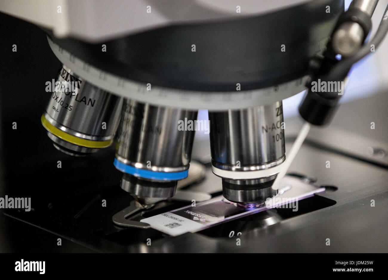 Moskau russland juni ein mikroskop für