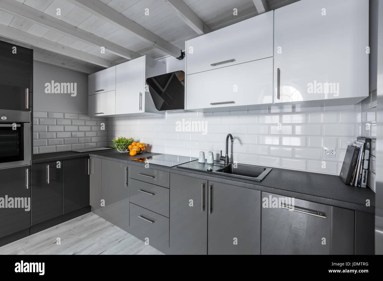 Moderne Kuche Mit Weissen Stein Fliesen Und Holzdecke Stockfoto Bild