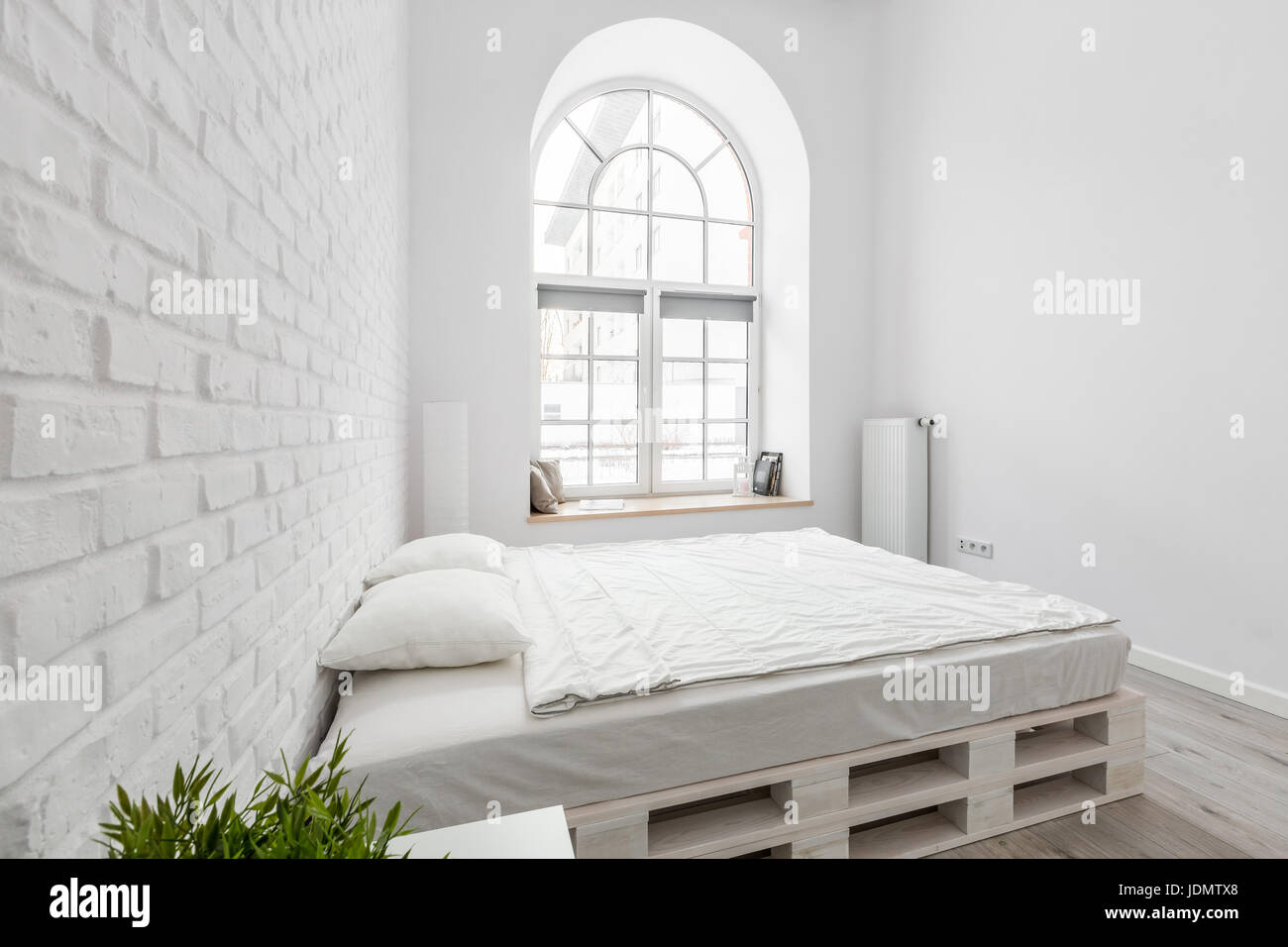 wei es schlafzimmer mit diy palette bett wand und fenster stockfoto bild 146132064 alamy. Black Bedroom Furniture Sets. Home Design Ideas