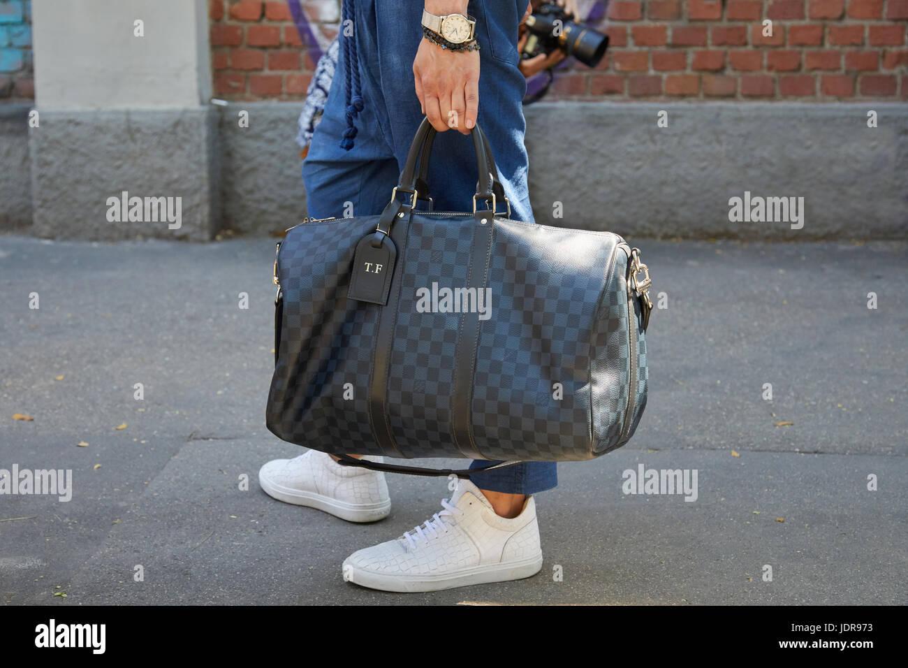 0701b17642c40 Mailand - 19.Juni  Mann mit grau karierten Louis Vuitton Tasche vor Fendi  Modenschau