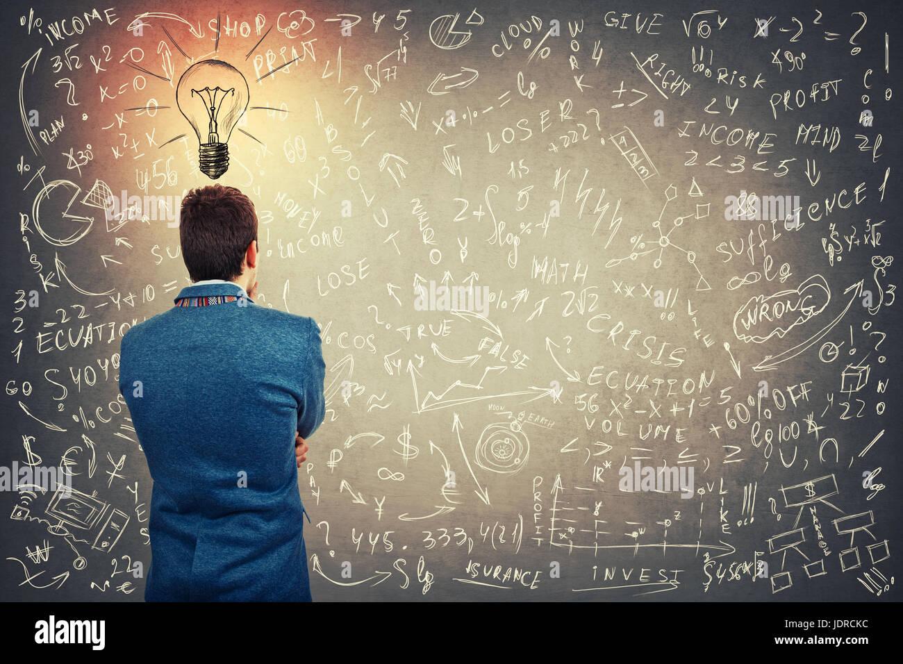 Rückansicht eines verwirrten Geschäftsmann mit einer Glühbirne Skizze über Kopf, Projektideen Stockbild