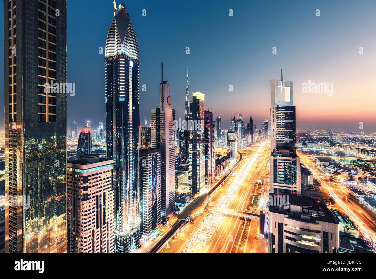 spektakul re n chtliche skyline von dubai vereinigte arabische emirate futuristische. Black Bedroom Furniture Sets. Home Design Ideas