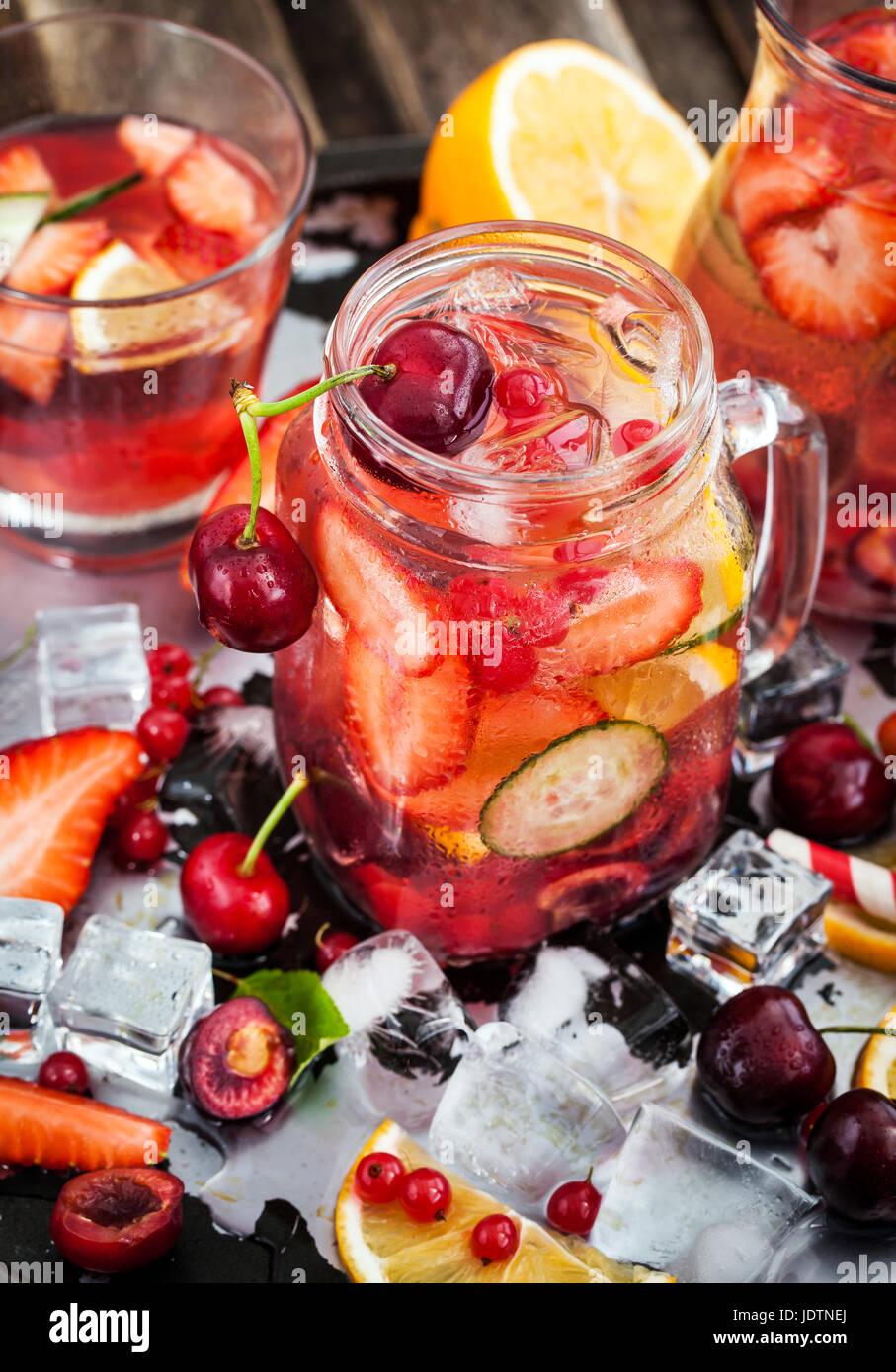 Gesunden infundiert Detox Wasser mit frischen Beeren und Früchte im Einmachglas Stockfoto