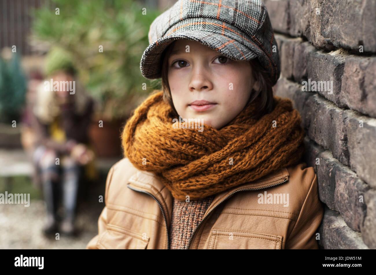 Jungen tragen flache Mütze und Schal, Porträt Stockfoto