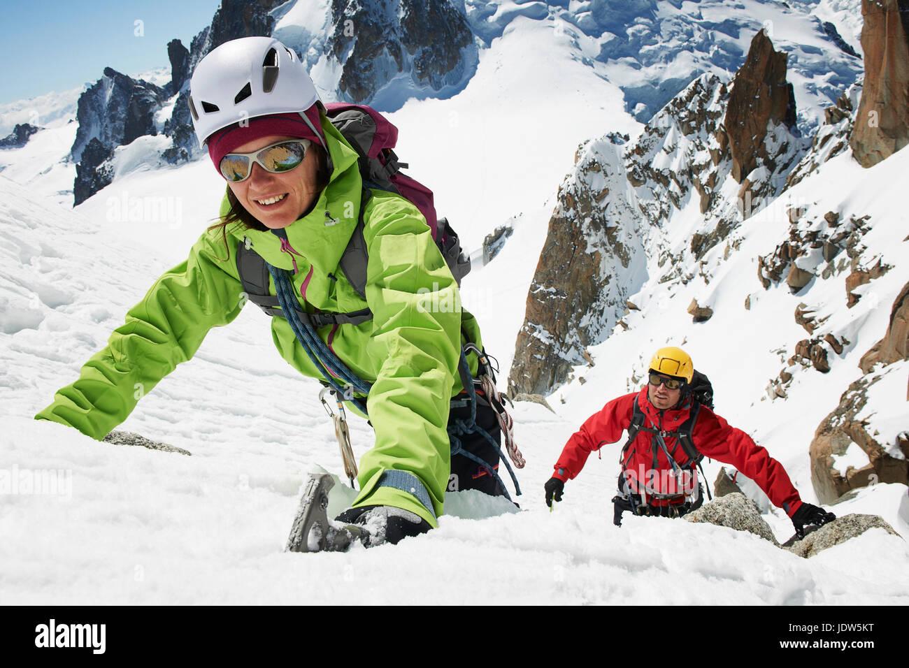 Zwei Personen Bergsteigen, Chamonix, Frankreich Stockbild