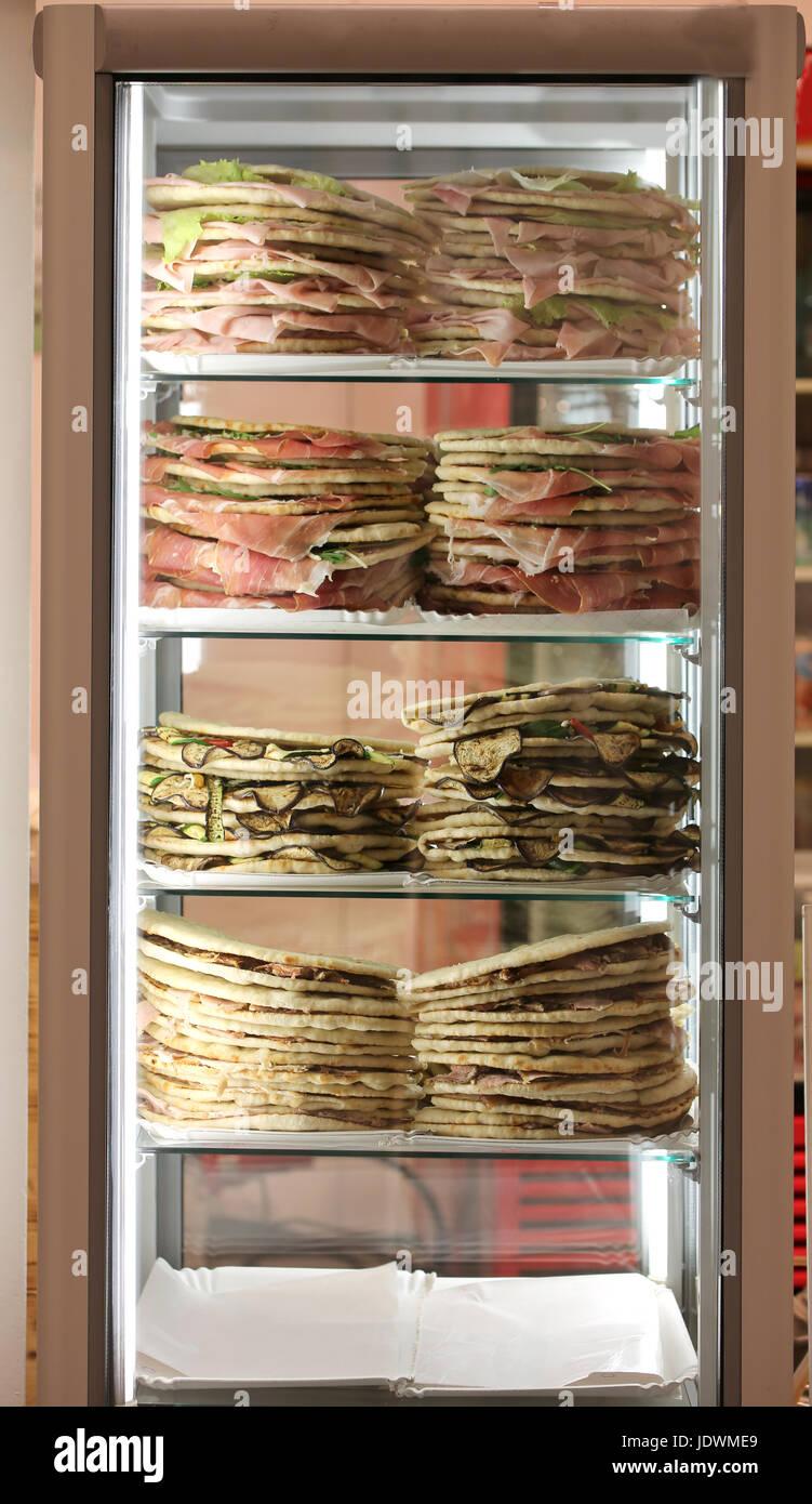 Kühlschrank mit vielen gefüllte Sandwiches namens Spianata oder ...