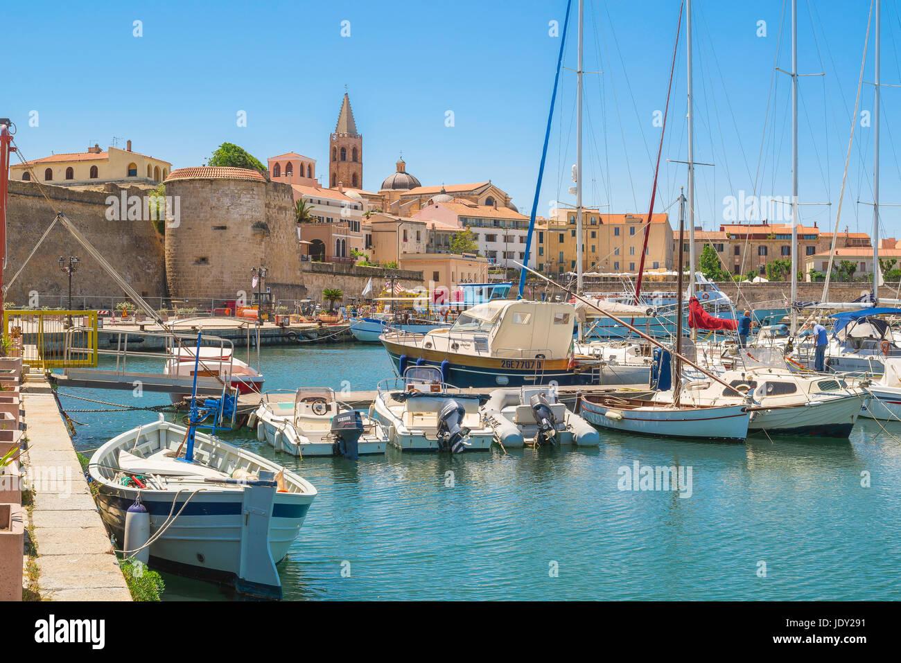Alghero Sardinien Hafen, Blick auf den Hafen und die Uferpromenade in Alghero Sardinien, Norditalien. Stockbild