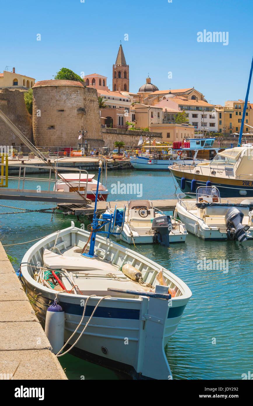 Sardinien Hafen, Blick auf den Hafen und die Uferpromenade in Alghero Sardinien, Norditalien. Stockbild
