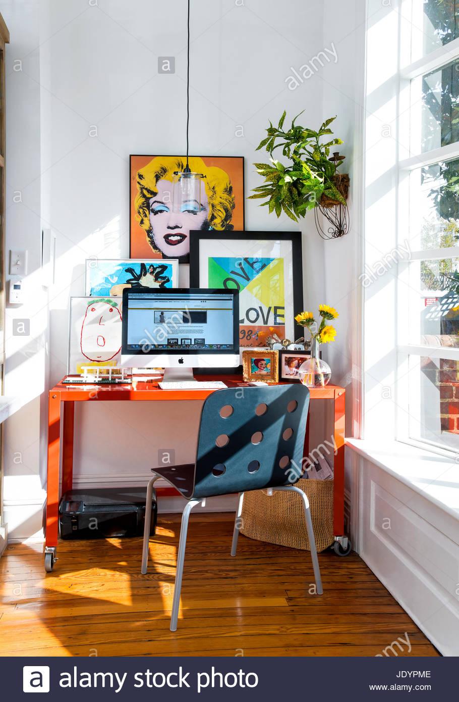 Parsons Tisch / Schreibtisch, Moderner Stuhl In Küche, Warhol Druck .