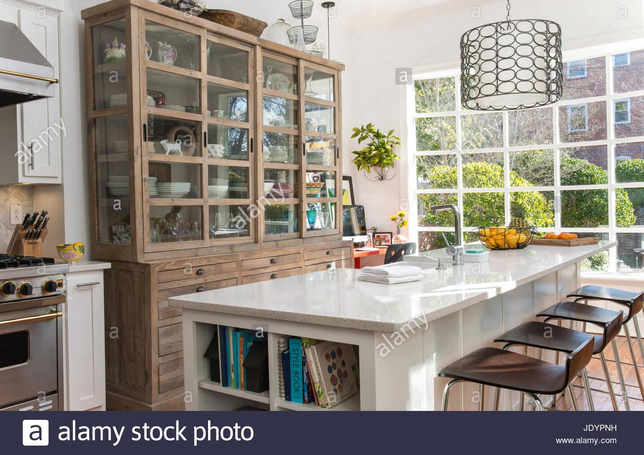 Große Kücheninsel Mit Holz Drucker Schrank Stockbild