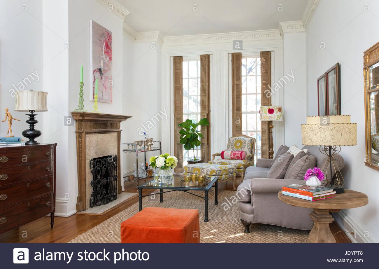 Eklektische Einrichtung im Wohnzimmer, hohe Decken Stockfoto, Bild ...