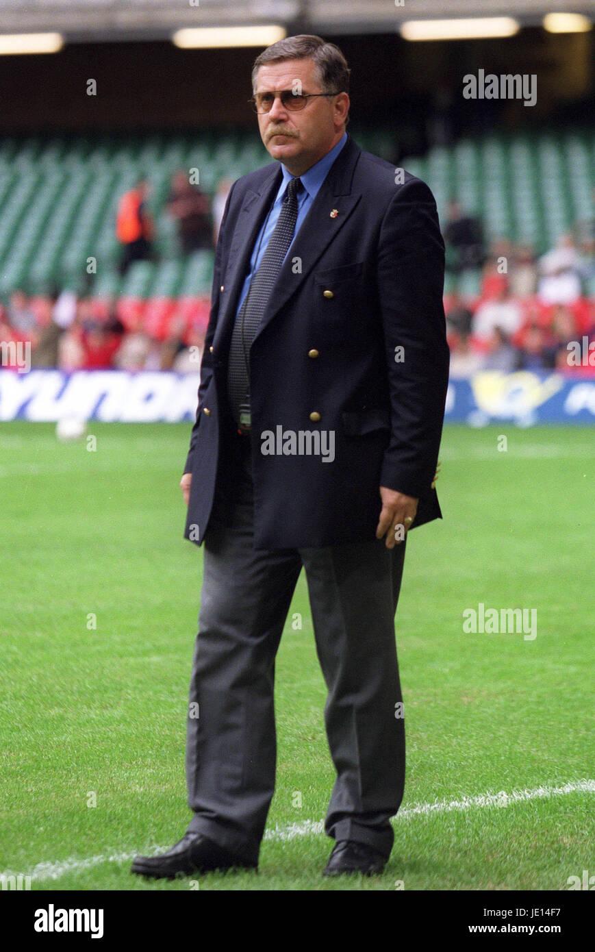 JERZY ENGEL Polen FUßBALLTRAINER CARDIFF Millenium Stadion CARDIFF 2. Juni 2001 Stockbild
