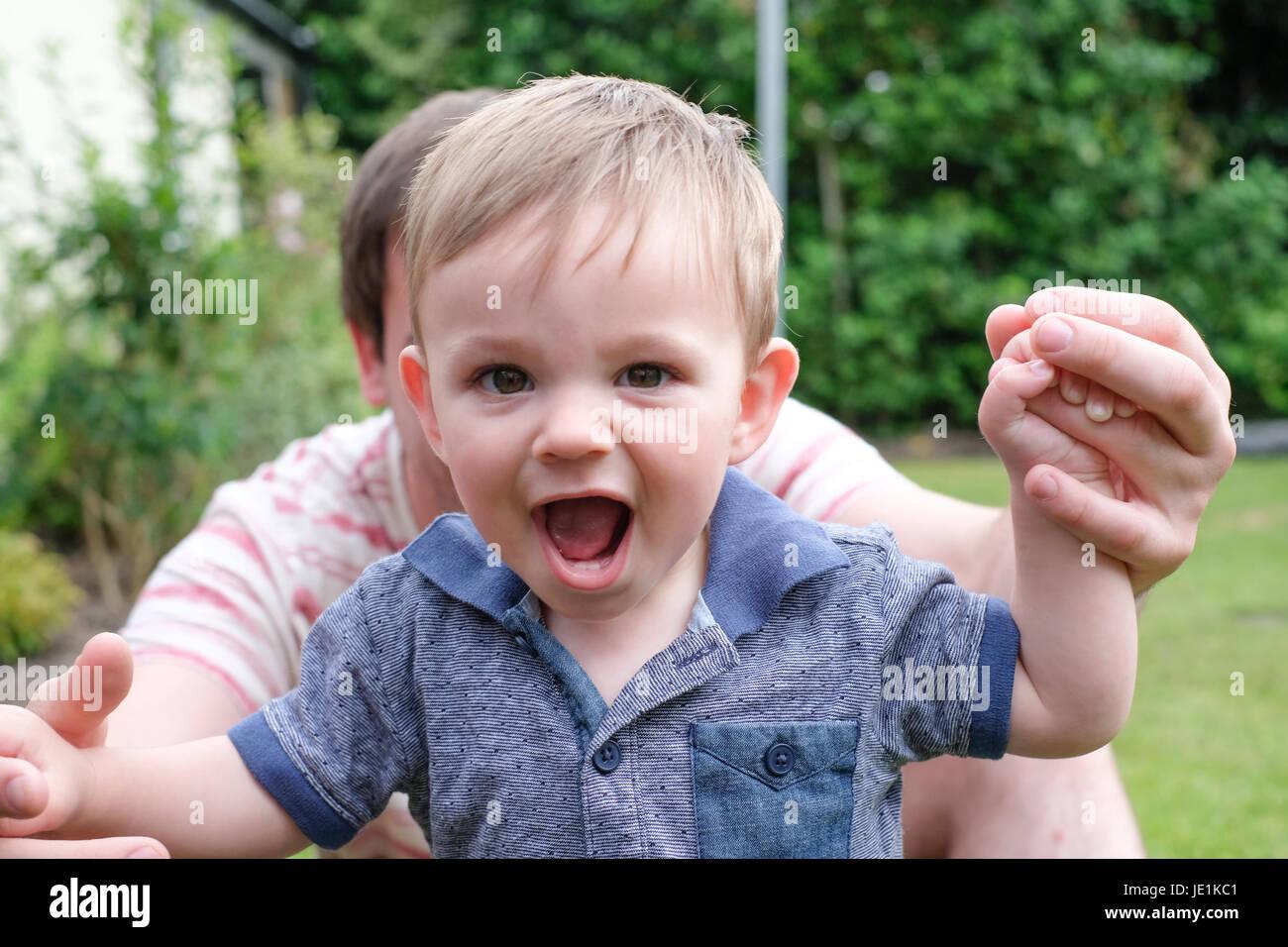 Ein Jahr alt Babyjungen, die ersten Schritte Stockbild