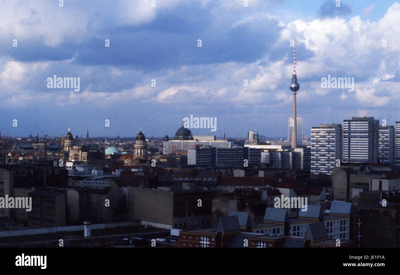 """Der Berliner Fernsehturm, Fernsehturm oder """"Sputnik auf der Erde"""" mit den Dächern von Ost-Berlin, Stockbild"""