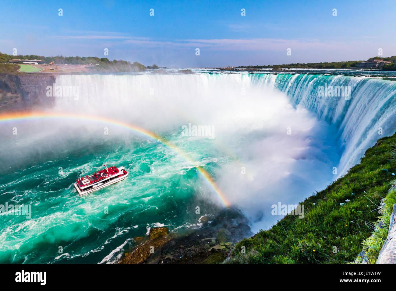Hornblower Boot voller Touristen unter Rainbow besprüht von Hufeisen Wasserfall, Niagara Falls, Ontario, Kanada Stockbild