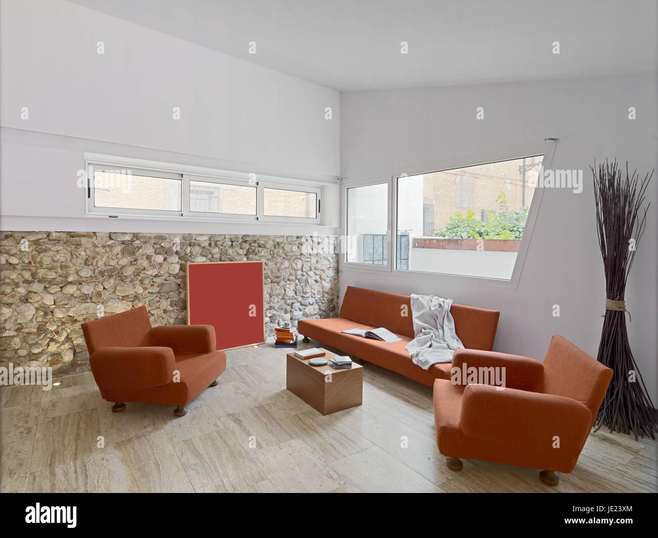 Innenansicht aus einem modernen Wohnzimmer mit orange Sofa Ans ...