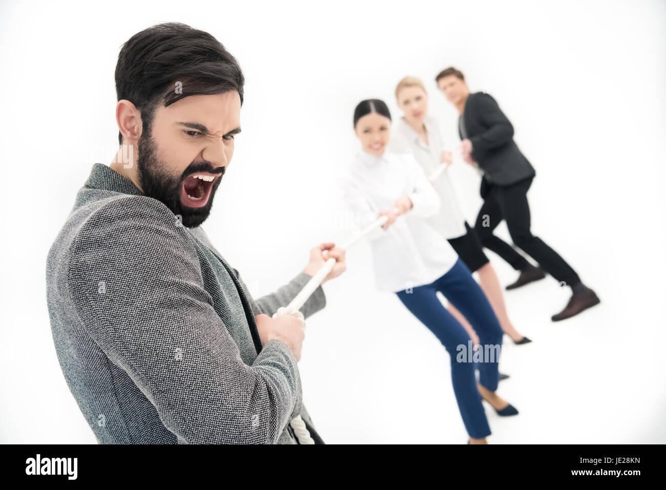 Gruppe von Geschäftsleuten ziehen über Seil isoliert auf weiss Stockfoto