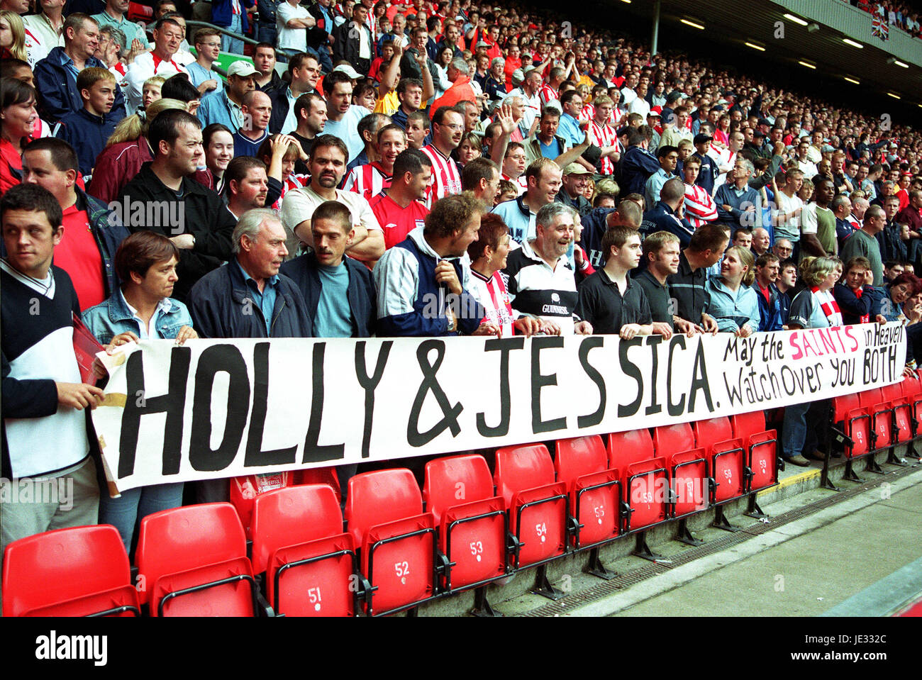 Hommage an HOLLY & JESSICA LIVERPOOL V SOUTHAMPTON Anfield Road LIVERPOOL ENGLAND 24. August 2002 Stockbild