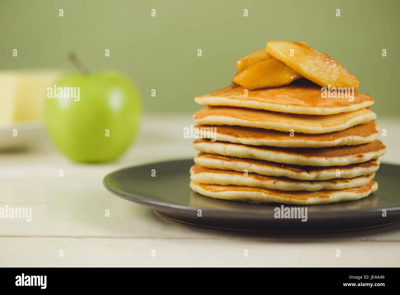 Pfannkuchen mit Apfel auf Tisch. Frühstück, Snacks. Pfannkuchen-Tag. Stockbild