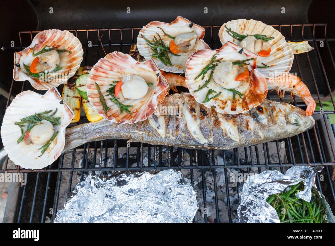 Fisch und Meeresfrüchte zubereitet auf einem Grill in England, UK Stockbild