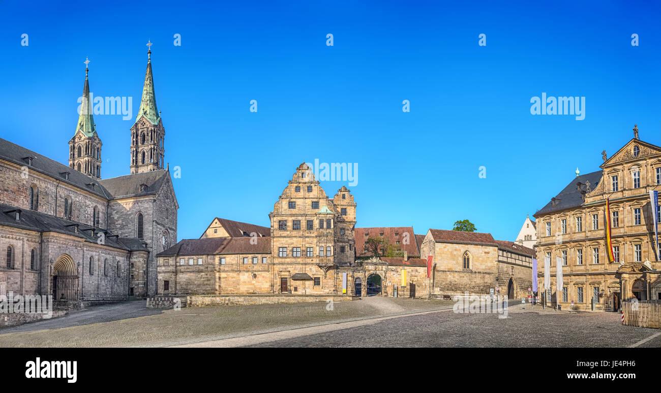 Bamberg, Deutschland. Panorama der Domplatz quadratisch mit Bamberger Dom, alte Hof und Staatsbibliothek Stockbild