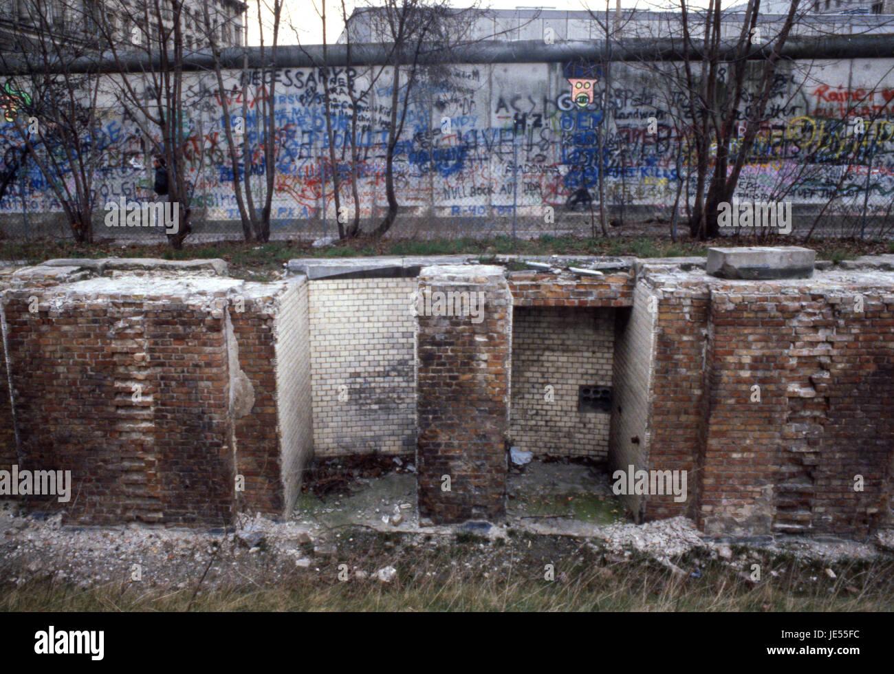 Bombe beschädigte Gebäude vor der Berliner Mauer 1980 Stockbild