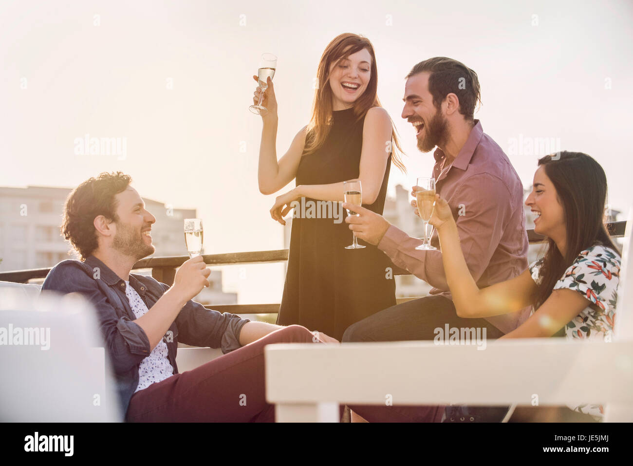Gruppe von Freunden mit Wein im Freien entspannen Stockbild