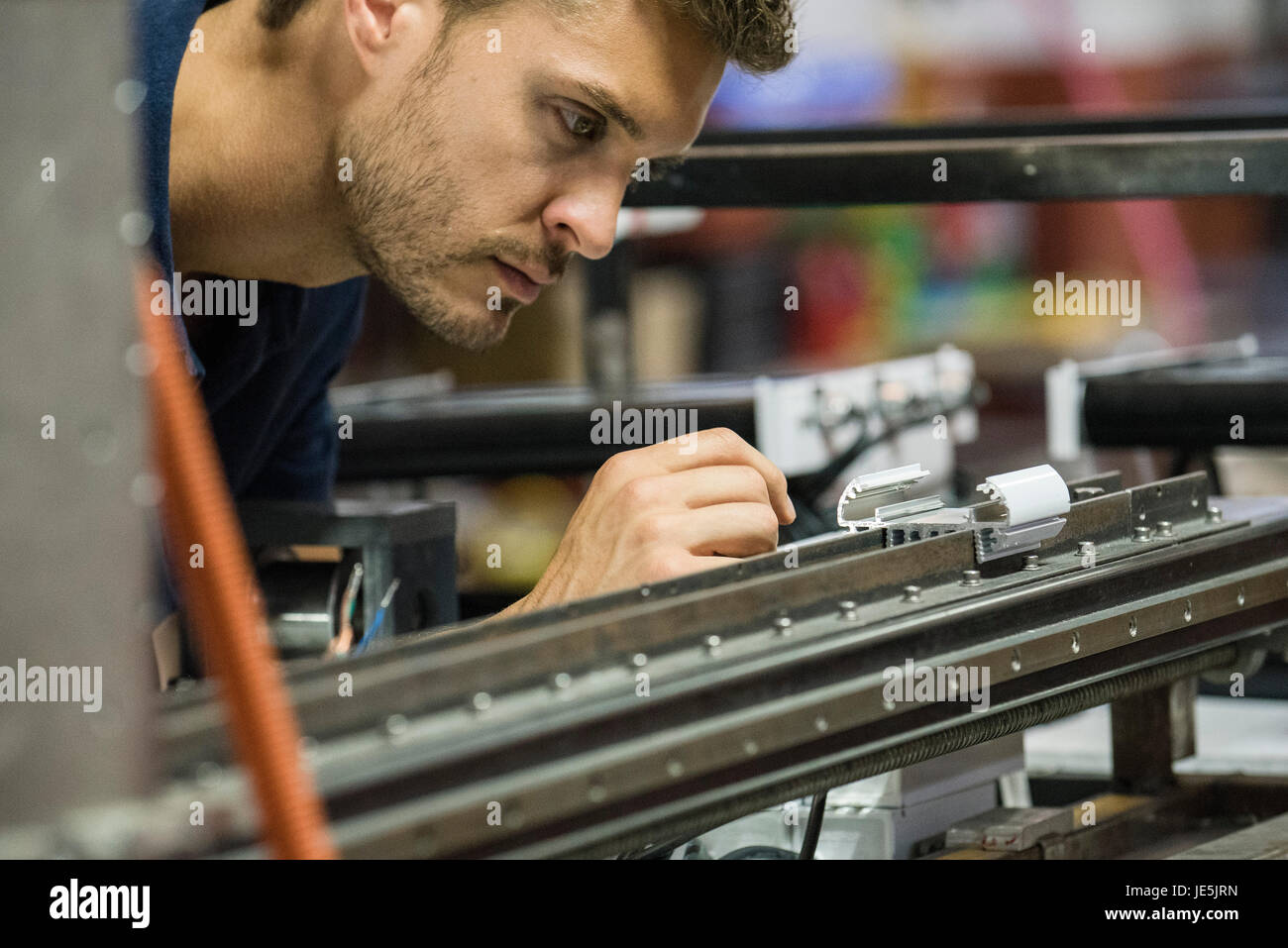 Mann arbeitet in der Fabrik Stockbild