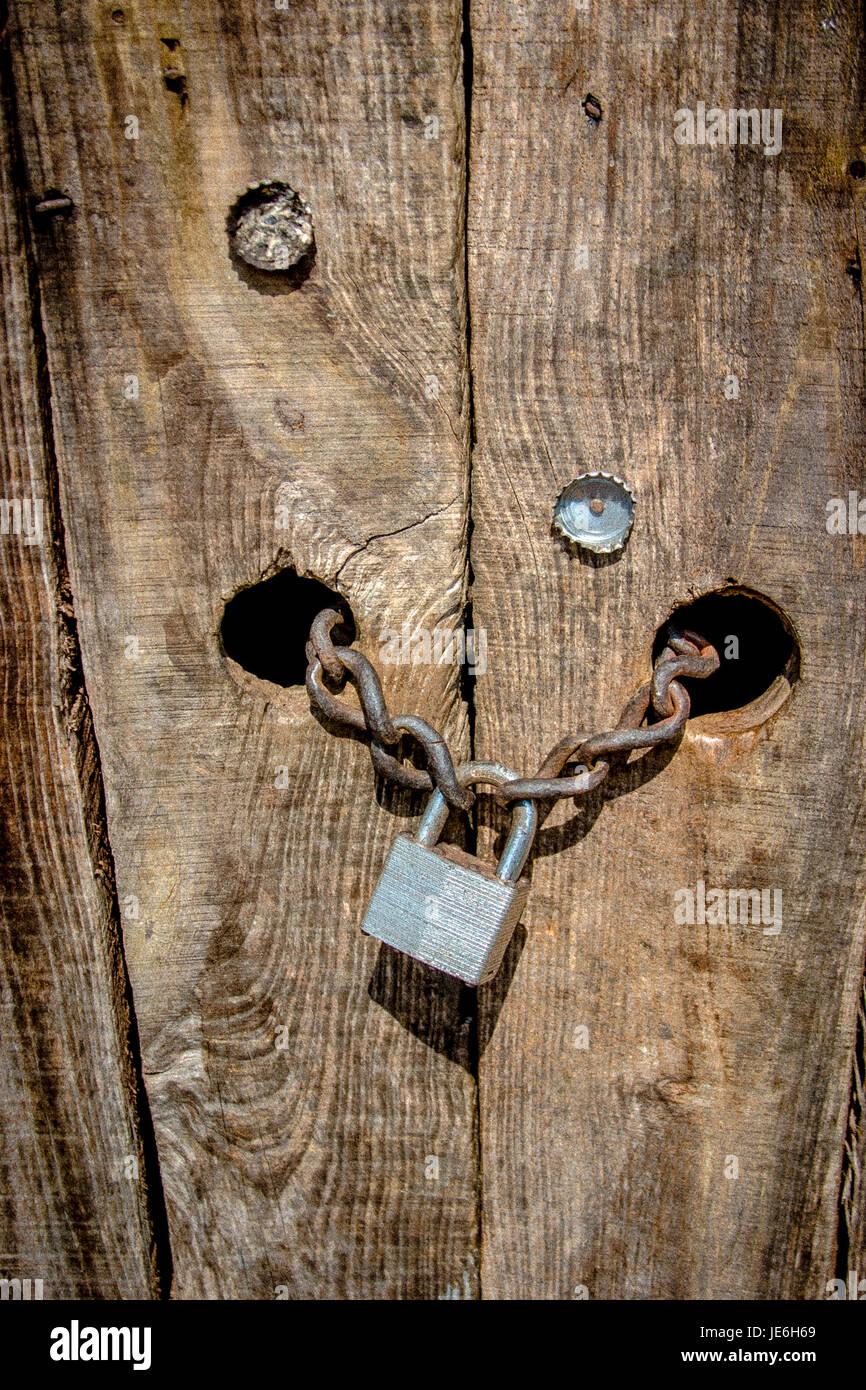 Holztür Vorhängeschloss Sicherheit Schutz hacking_ Stockbild