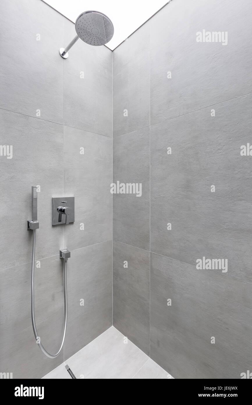 Moderne Begehbare Dusche Mit Grauen Wandfliesen Stockfoto Bild