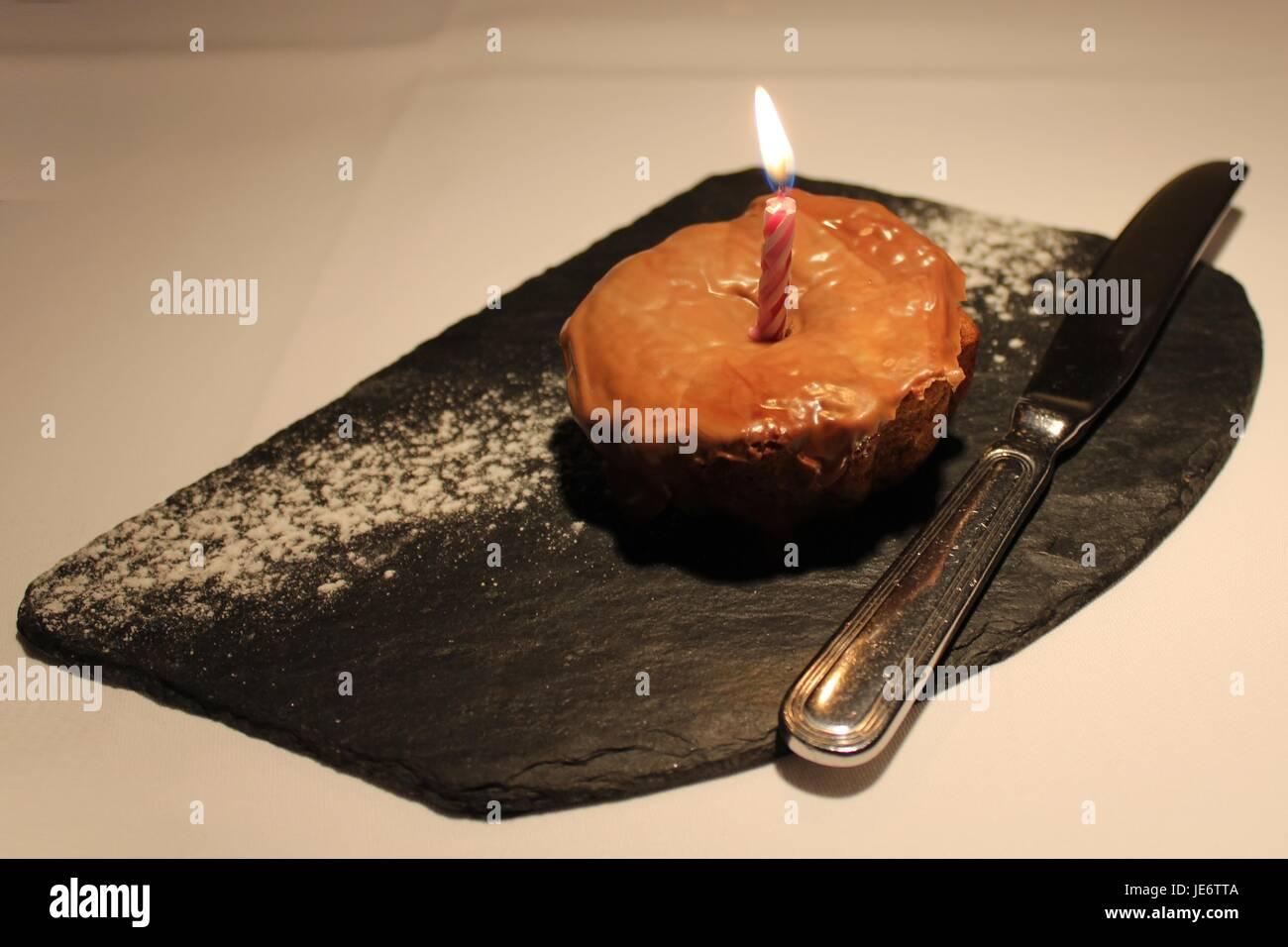 Geburtstagstorte mit einer brennenden Kerze Stockfoto