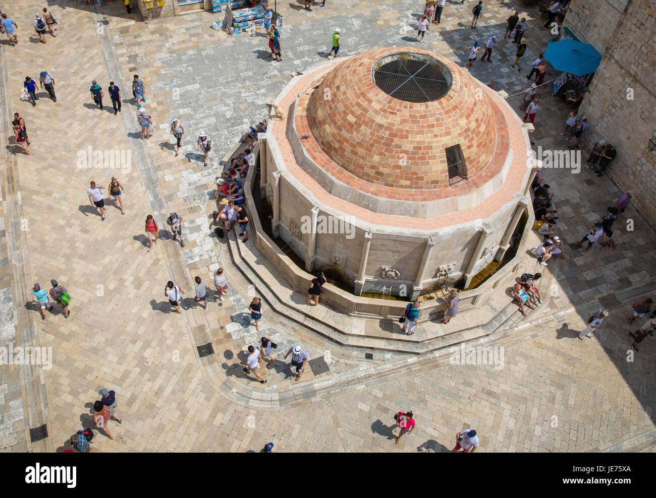 Der große Brunnen von Onofrio hinter dem Pile-Tor in die Altstadt von Dubrovnik an der dalmatinischen Küste Stockbild
