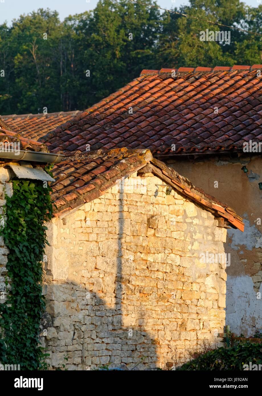 altes bauernhaus im ländlichen frankreich europa bauen stockfoto