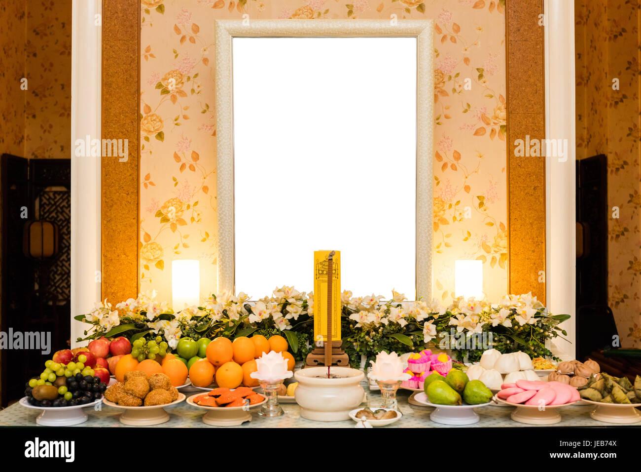 Traditionelle chinesische Trauer Halle mit leeren Bilderrahmen und ...