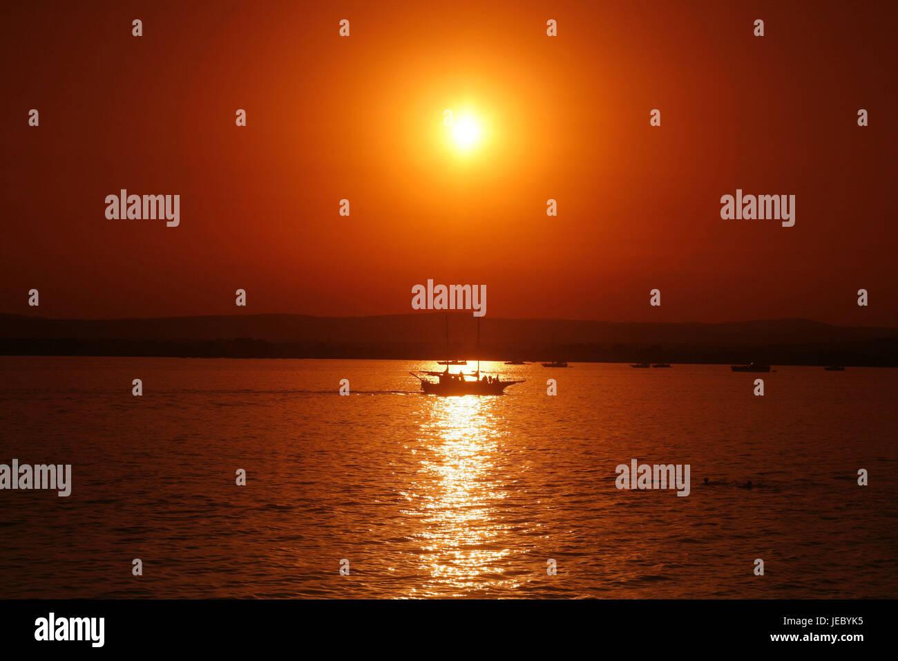 Italien, Sizilien, Insel Ortygia, Syrakus, Lungomare Alfeo, Meer, Boot, Sonnenuntergang, Südeuropa, Siracusa, Stockbild