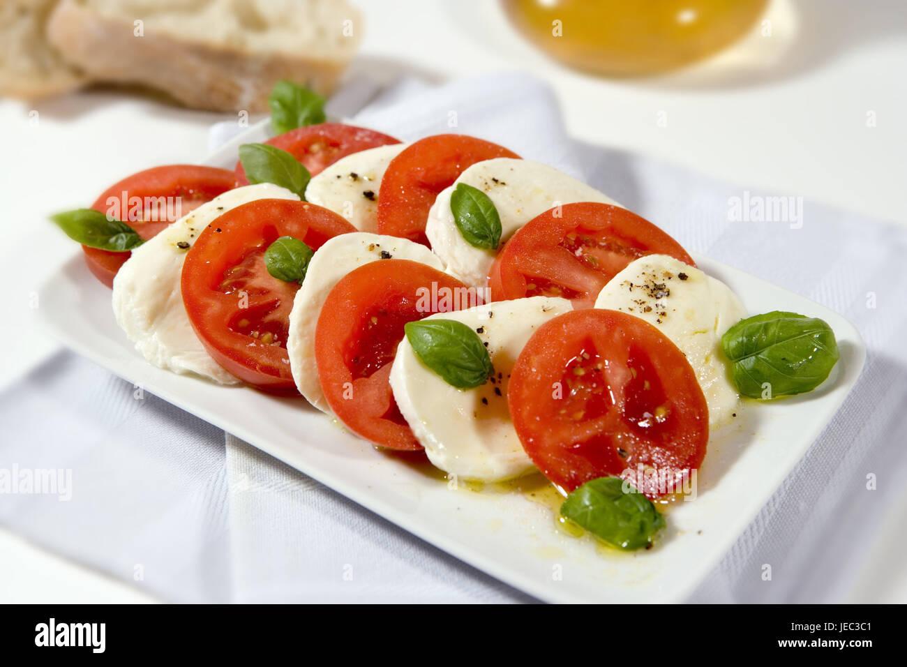 Tomate-Mozzarella, Mozzarella-Salat, eingeschaltet, Zutaten, Tomaten, Mozzarella, Basilikum Lamelle, Olivenöl, Stockbild