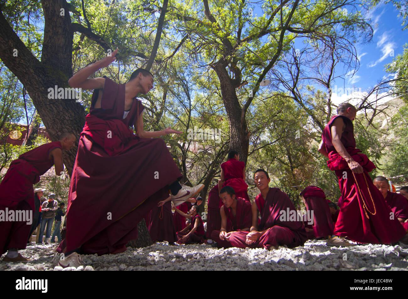 Junge Mönche mit der täglichen Diskussion-Stunde in der Saga-Tempel, Lhasa, Tibet, Asien, Stockbild