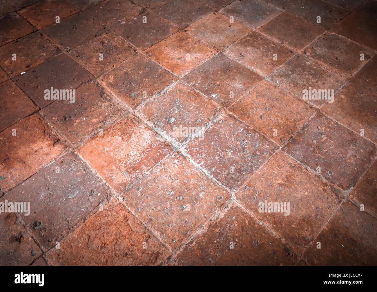 Fußboden Aus Alten Ziegeln ~ Terrakotta boden mit alten fliesen innerhalb eines italienischen