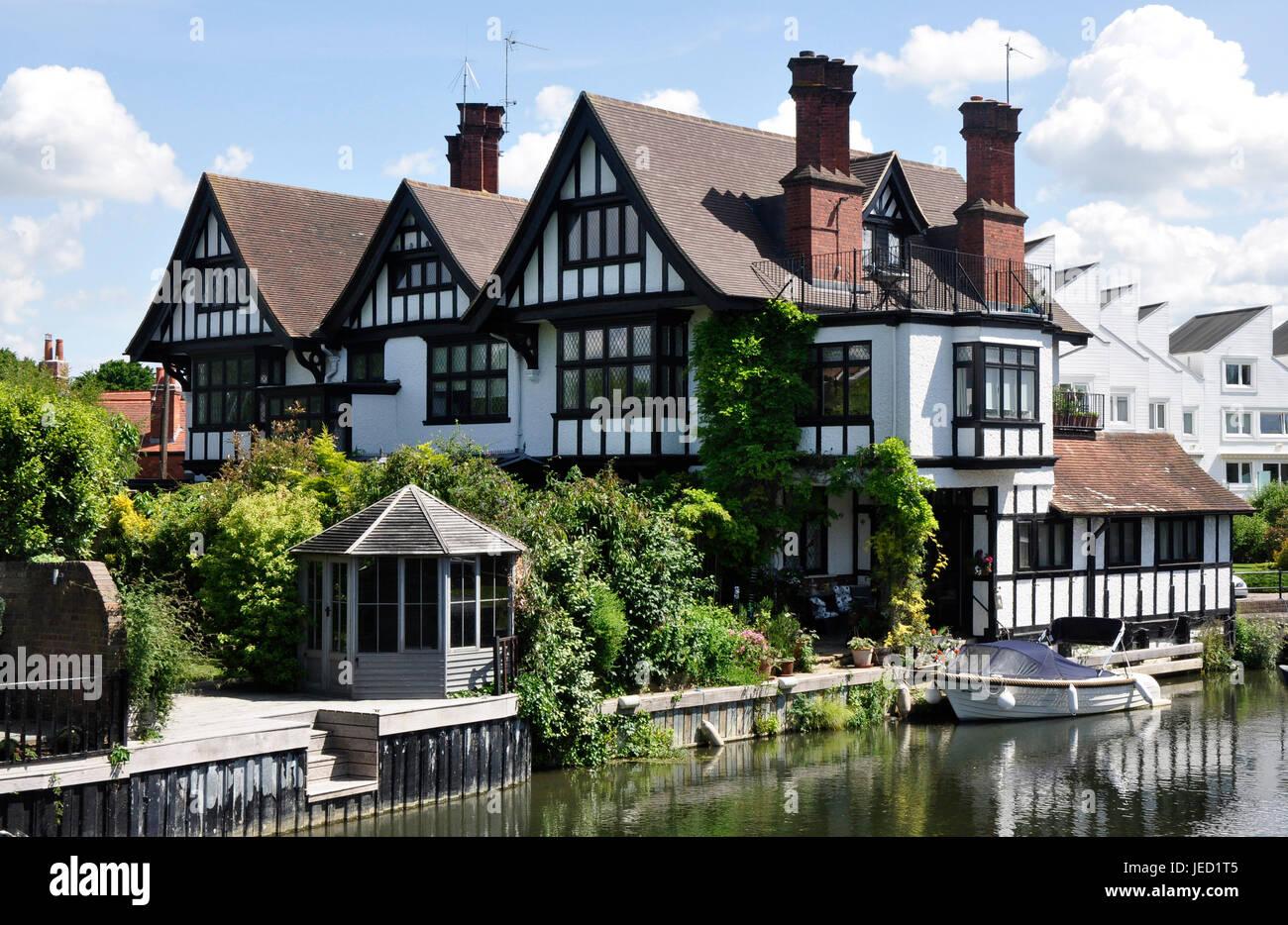Haus am Fluss, - Teil-Holz-gerahmt-Tudor-Stil - vor Anker Boot ...