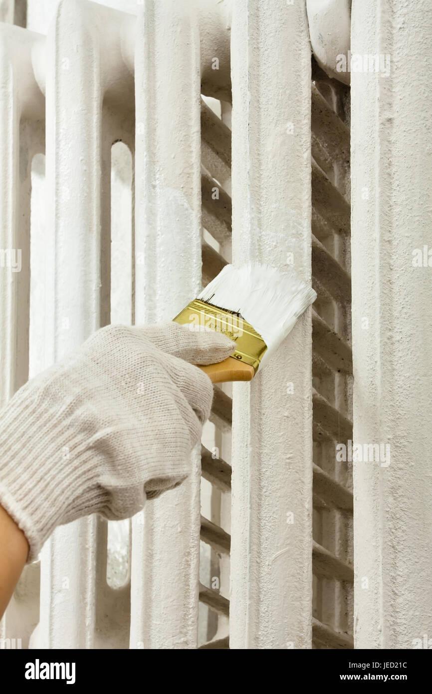 die Hand malen weiße Heizkörper Zentralheizung mit Pinsel Stockfoto ...